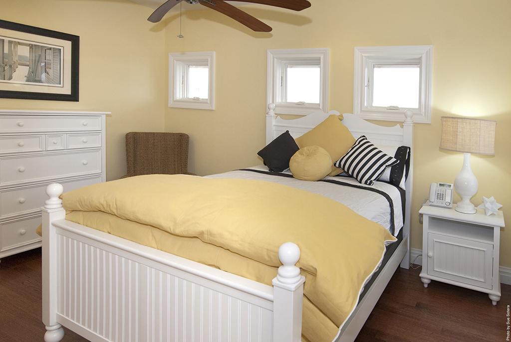 Yên bình với phòng ngủ sơn màu vàng kem - Kienthucsonnuoc.vn